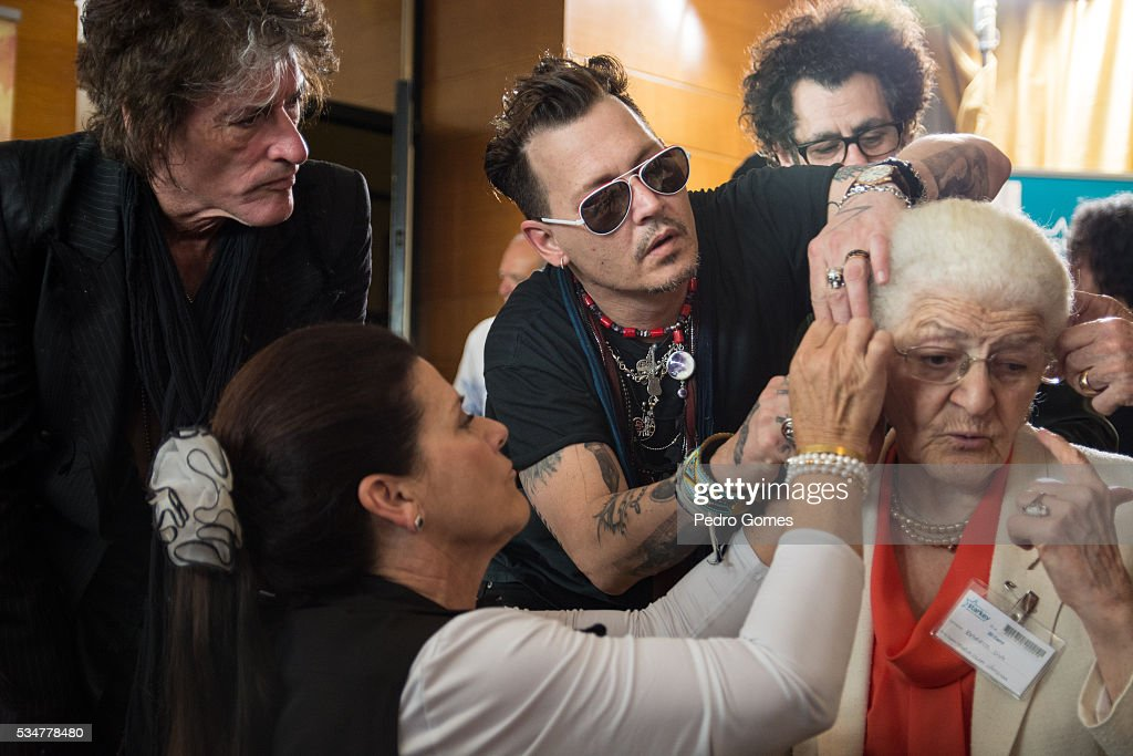 <a gi-track='captionPersonalityLinkClicked' href=/galleries/search?phrase=Joe+Perry+-+Muzikant&family=editorial&specificpeople=13600677 ng-click='$event.stopPropagation()'>Joe Perry</a> and <a gi-track='captionPersonalityLinkClicked' href=/galleries/search?phrase=Johnny+Depp&family=editorial&specificpeople=202150 ng-click='$event.stopPropagation()'>Johnny Depp</a> help a patient of the Starkey Hearing Foundation at Four Season Hotel Ritz Lisbon on May 27, 2016 in Lisbon, Portugal.