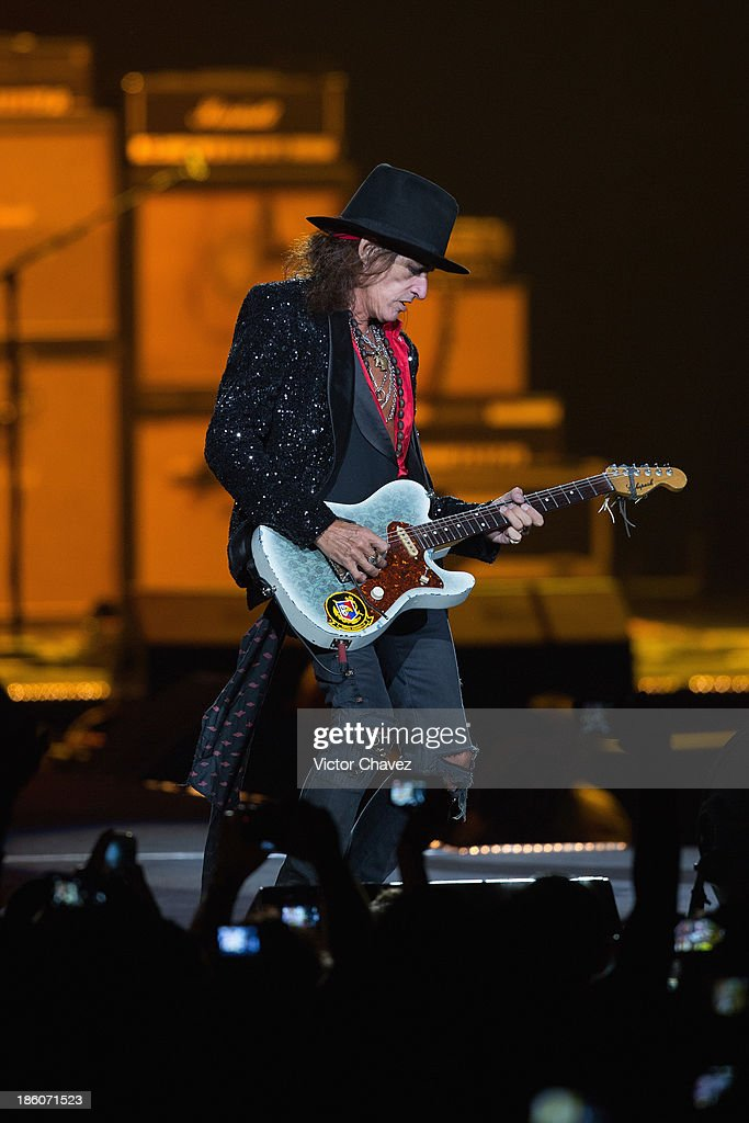 <a gi-track='captionPersonalityLinkClicked' href=/galleries/search?phrase=Joe+Perry+-+Musician&family=editorial&specificpeople=13600677 ng-click='$event.stopPropagation()'>Joe Perry</a> of Aerosmith performs on stage at Arena Ciudad de México on October 27, 2013 in Mexico City, Mexico.