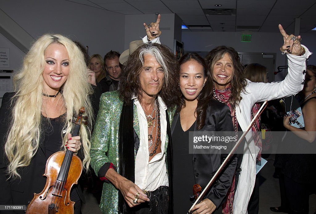 <a gi-track='captionPersonalityLinkClicked' href=/galleries/search?phrase=Joe+Perry+-+Muzikant&family=editorial&specificpeople=13600677 ng-click='$event.stopPropagation()'>Joe Perry</a>, <a gi-track='captionPersonalityLinkClicked' href=/galleries/search?phrase=Steven+Tyler&family=editorial&specificpeople=202080 ng-click='$event.stopPropagation()'>Steven Tyler</a> and members of the Hollywood Bowl Orchestra attend Hollywood Bowl Opening Night Gala - Inside at The Hollywood Bowl on June 22, 2013 in Los Angeles, California.