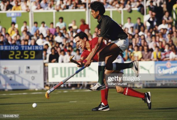 Joe Potter of England runs with the ball against Pakistan during their Pool A match at the 6th FIH Men's Field Hockey World Cup on 11th October 1986...