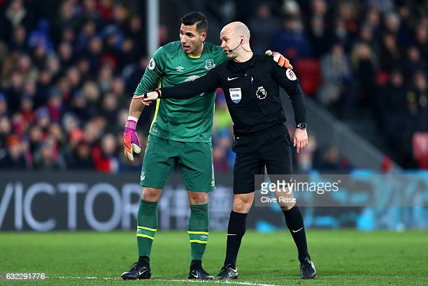 Joel Robles of Everton and referee Anthony Taylor in discussion during the Premier League match between Crystal Palace and Everton at Selhurst Park...