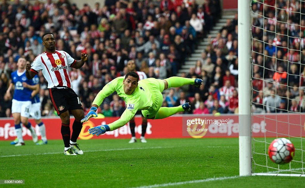 Joel Robles of Everton watches a shot from <a gi-track='captionPersonalityLinkClicked' href=/galleries/search?phrase=Wahbi+Khazri&family=editorial&specificpeople=7211185 ng-click='$event.stopPropagation()'>Wahbi Khazri</a> of Sunderland go wide during the Barclays Premier League match between Sunderland and Everton at the Stadium of Light on May 11, 2016 in Sunderland, England.