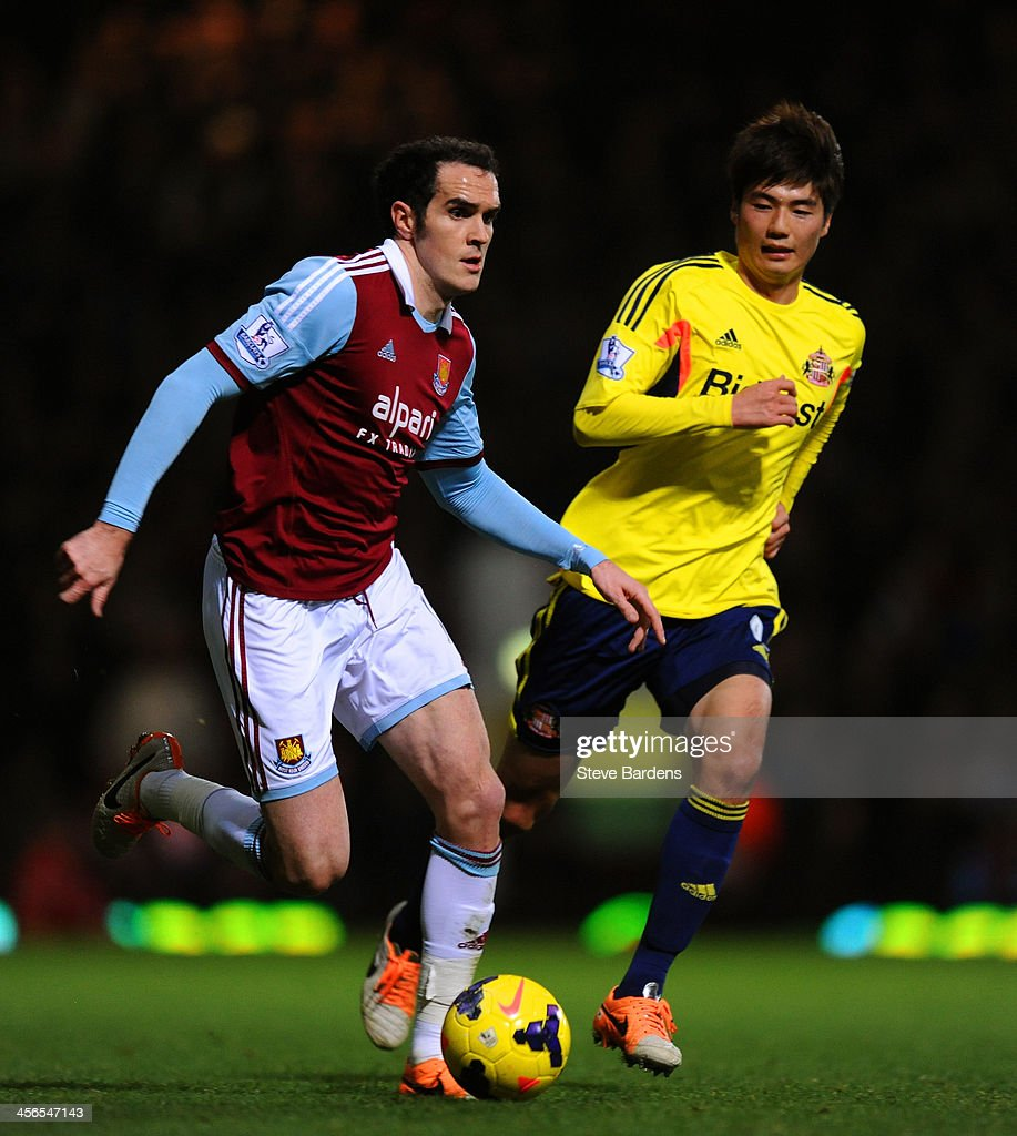 <a gi-track='captionPersonalityLinkClicked' href=/galleries/search?phrase=Joey+O%27Brien&family=editorial&specificpeople=639207 ng-click='$event.stopPropagation()'>Joey O'Brien</a> of West Ham is pursued by Ki Sung-Yueng of Sunderland during the Barclays Premier League match between West Ham United and Sunderland at Boleyn Ground on December 14, 2013 in London, England.