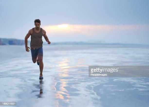 Jogging alors que le soleil se lève