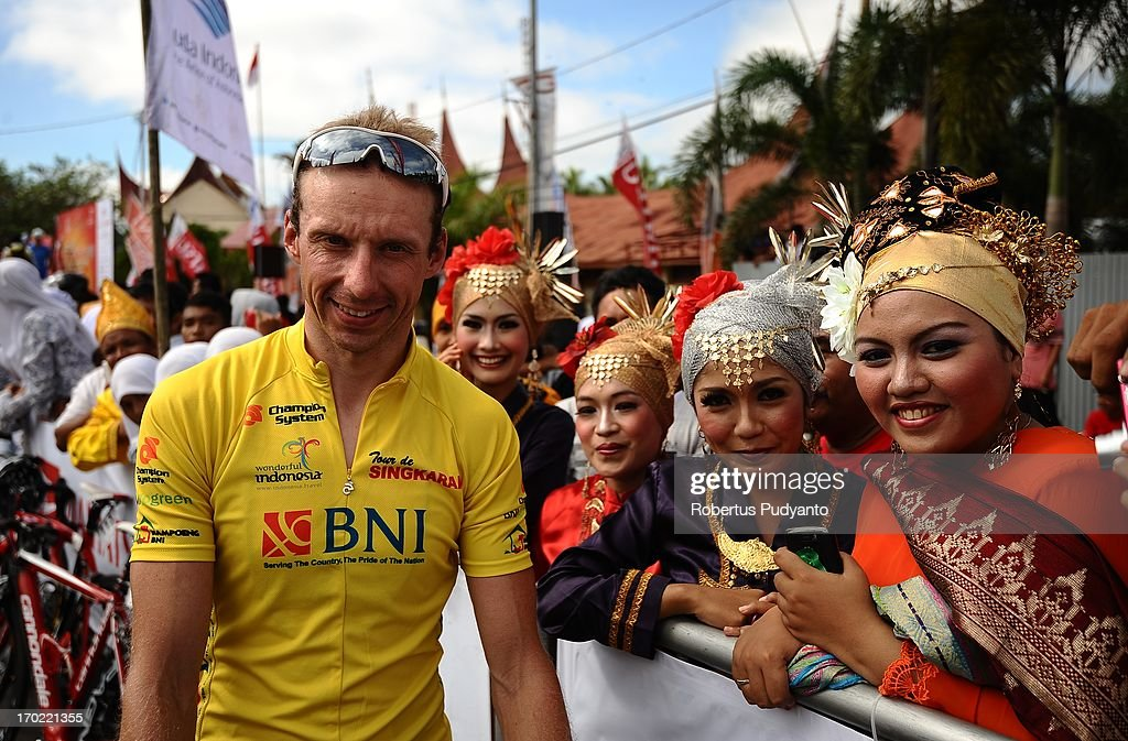 CONTENT] Johan Coenen of Team Differdange-Losch, Luxemburg, the Stage 3 Yellow Jersey posed with local girls with traditional West Sumatra costume before race start.