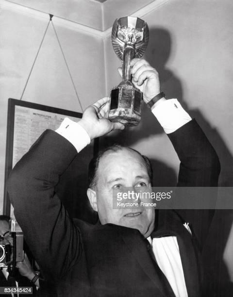 John Bailey le chef de la Metropolitan Police porte haut le trophée de la Coupe du Monde qui avait été volé une semaine auparavant à Londres...