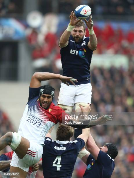 John Barclay of Scotland wins lineout ball during the RBS Six Nations match between France and Scotland at Stade de France on February 12 2017 in...