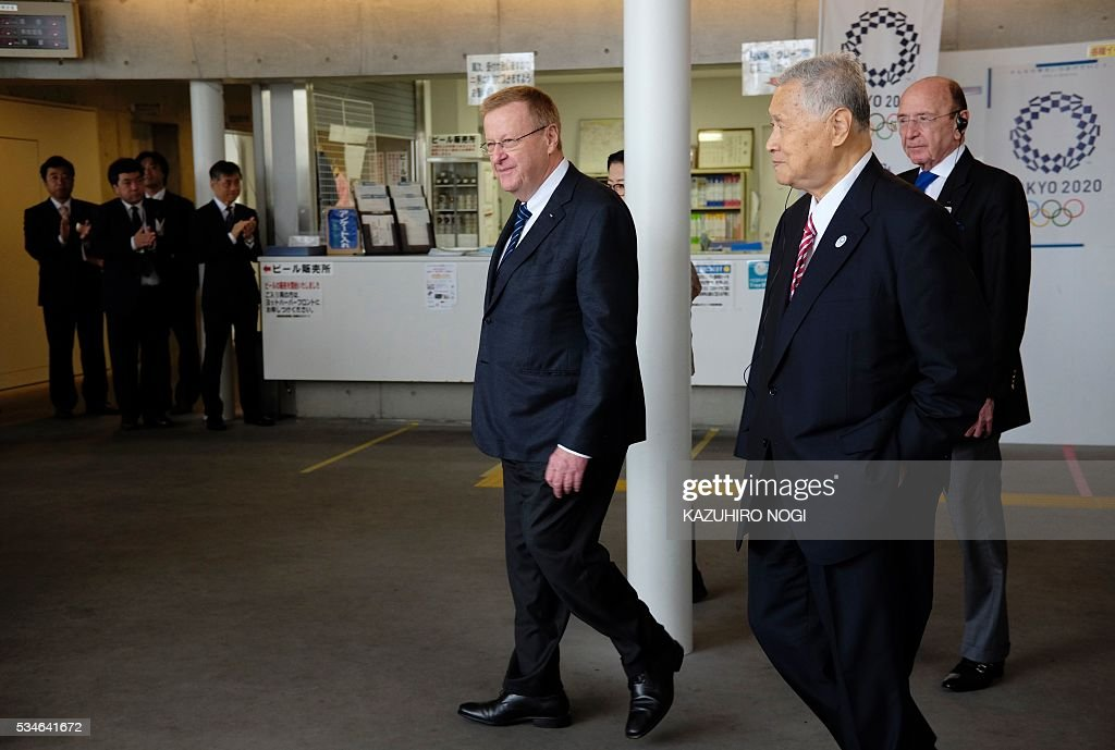 John Coates (C), chairman of the IOC's Tokyo 2020 coordination commission, vice chairman Alex Gilady Member (R), and Tokyo 2020 president Yoshiro Mori (2nd R) are greeeted upon their arrival at Enoshima Yacht Harbour in Fujisawa on May 27, 2016. The International Olympic Committee (IOC) held an executive meeting with the Tokyo 2020 Organising Committee in Tokyo beginning on May 25 which included a venue tour on May 27. / AFP / KAZUHIRO