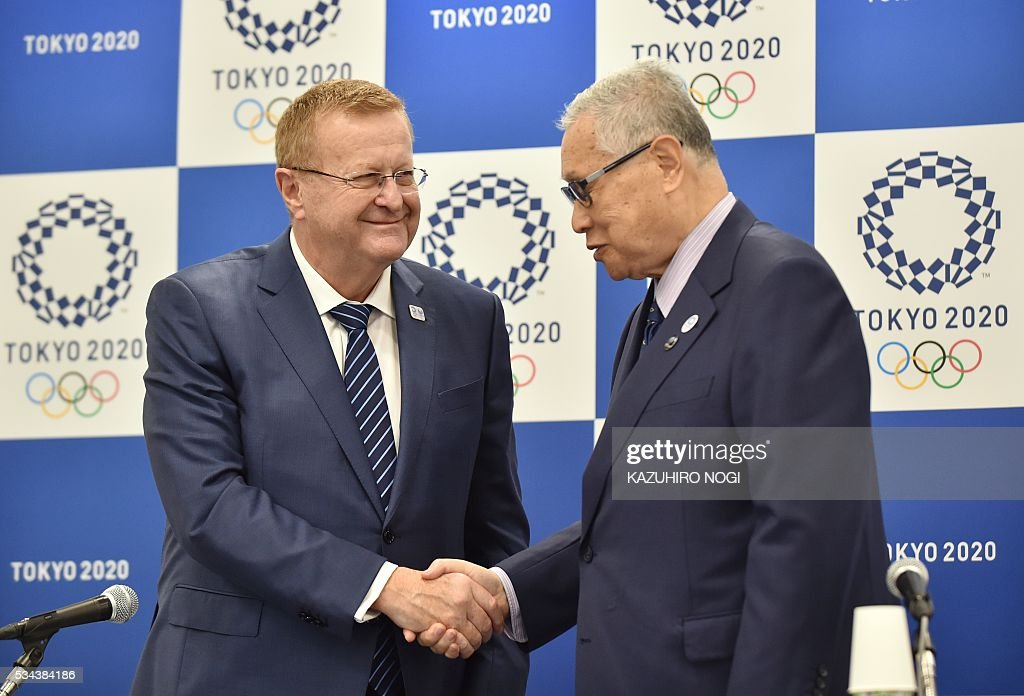 John Coates (L), chairman of the the IOC's Tokyo 2020 coordination commission, shakes hands with Tokyo 2020 president Yoshiro Mori (R) following a press briefing in Tokyo on May 26, 2016. The International Olympic Committee (IOC) held an executive meeting with the Tokyo 2020 Organising Committee in Tokyo from 25 May which includes a venue tour on May 27. / AFP / KAZUHIRO