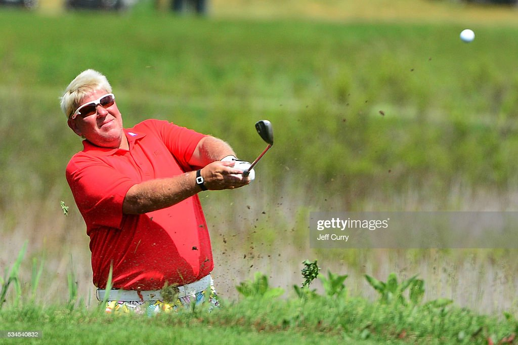 <a gi-track='captionPersonalityLinkClicked' href=/galleries/search?phrase=John+Daly+-+Jogador+de+golfe&family=editorial&specificpeople=4350901 ng-click='$event.stopPropagation()'>John Daly</a> chips out of the rough on the 16th hole during the first round 2016 Senior PGA Championship presented by KitchenAid at the Golf Club at Harbor Shores on May 26, 2016 in Benton Harbor, Michigan.