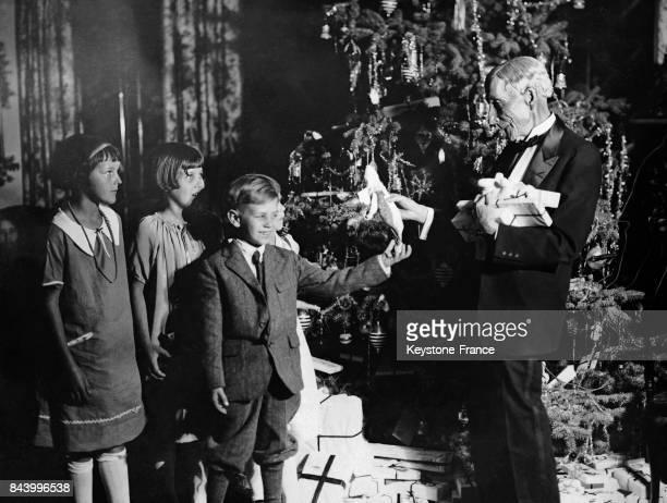 John Davison Rockefeller jouant les père noël en distribuant des cadeaux aux enfants d'Ormond Beach en Floride aux EtatsUnis en 1925