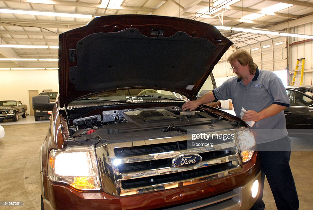 John Dews New Car Department Manager at Jim Skinner Ford Dealership details an Eddie Bauer Expedition & Alabama Department Of Transportation Stock Photos and Pictures ... markmcfarlin.com
