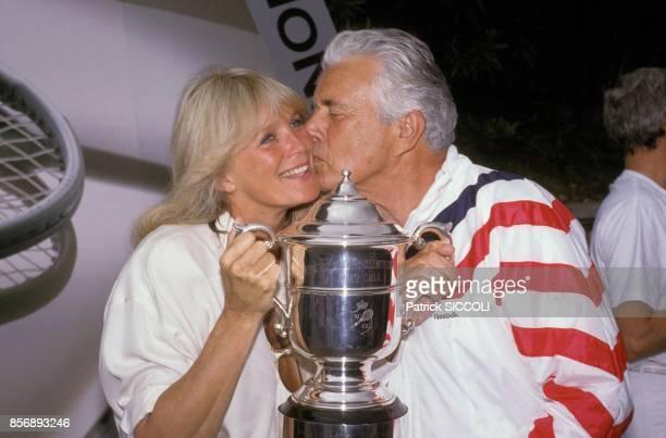 John Forsythe et Linda Evans acteurs du feuilleton televise americain 'Dynastie' au tournoi de tennis des celebrites le 14 juin 1988 a Monaco