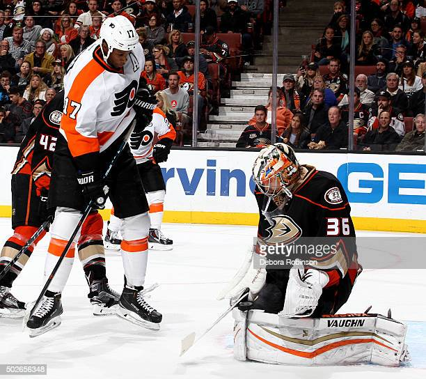 John Gibson of the Anaheim Ducks blocks the shot attempt by Wayne Simmonds of the Philadelphia Flyers on December 27 2015 at Honda Center in Anaheim...