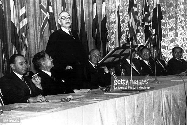 John Maynard Keynes addressing the Bretton Woods conference on Post War reconstruction and economic order 1944 John Maynard Keynes 1st Baron Keynes...