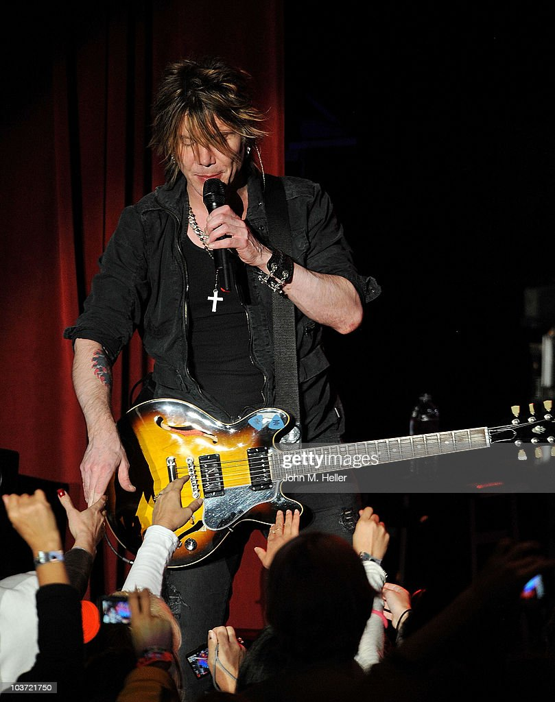 John Rzeznik lead singer of the Goo Goo Dolls performs at the Greek Theater on August 29, 2010 in Los Angeles, California.