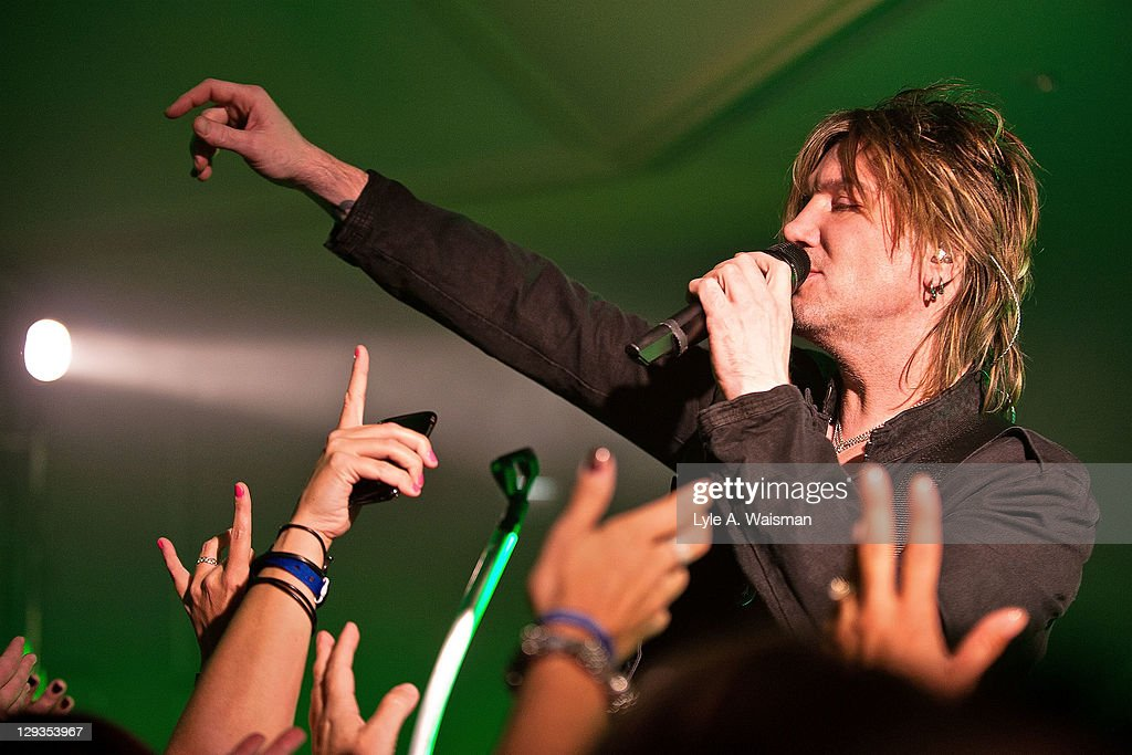 <a gi-track='captionPersonalityLinkClicked' href=/galleries/search?phrase=John+Rzeznik&family=editorial&specificpeople=220876 ng-click='$event.stopPropagation()'>John Rzeznik</a> of the Goo Goo Dolls performs at 'The Eric & Kathy Second Chance Homecoming', presented by 101.9fm THE MIX at the Fairmont Chicago Millennium Park Hotel on October 15, 2011 in Chicago, Illinois.