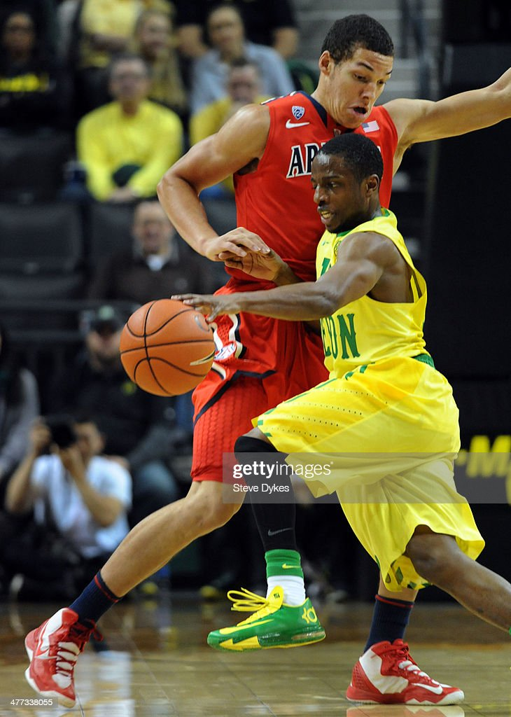 <a gi-track='captionPersonalityLinkClicked' href=/galleries/search?phrase=Johnathan+Loyd&family=editorial&specificpeople=7363260 ng-click='$event.stopPropagation()'>Johnathan Loyd</a> #10 of the Oregon Ducks tries to get around Aaron Gordon #11 of the Arizona Wildcats during the second half of the game at Matthew Knight Arena on March 8, 2014 in Eugene, Oregon. Oregon won the game 64-57.