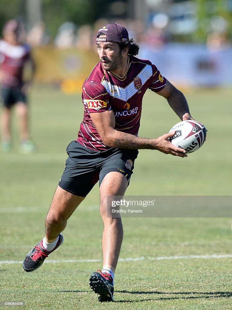<a gi-track='captionPersonalityLinkClicked' href=/galleries/search?phrase=Johnathan+Thurston&family=editorial&specificpeople=233427 ng-click='$event.stopPropagation()'>Johnathan Thurston</a> looks to pass during a Queensland Maroons State of Origin training session on May 29, 2016 in Gold Coast, Australia.