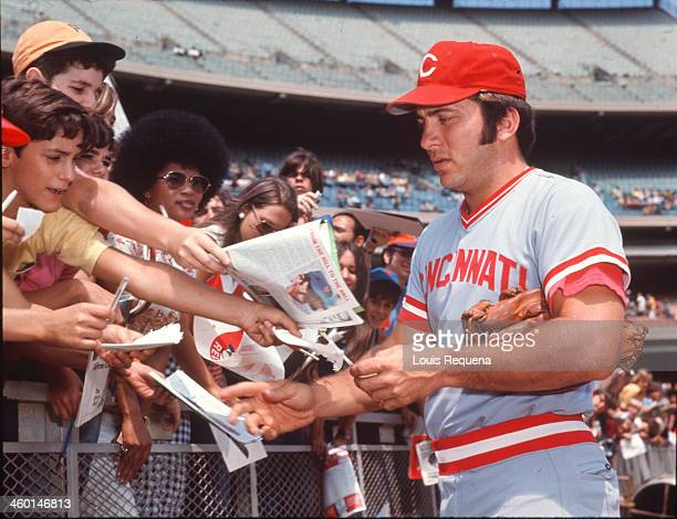 Johnny Bench of the Cincinnati Reds signs autographs for fans before a National League game against the New York Mets at Shea Stadium in this undated...