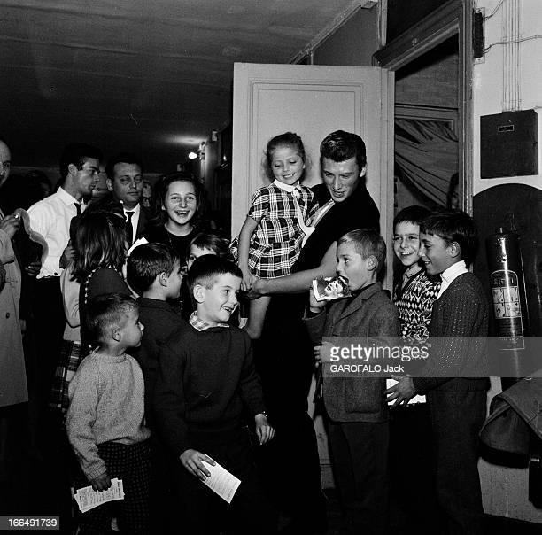 Johnny Hallyday And His Fans Paris 1 novembre 1962 Johnny HALLYDAY chanteur français et ses fans âgés de moins de 12 ans celuici portant une fillette...