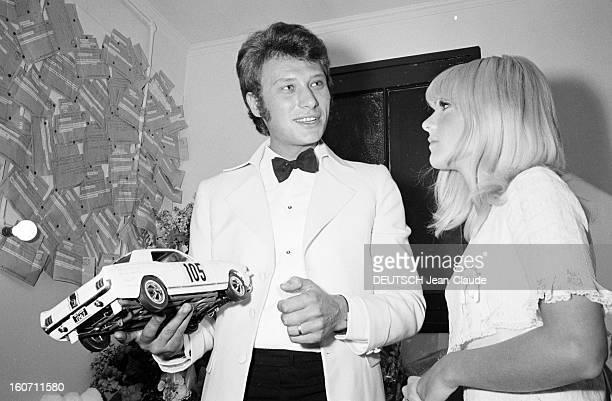 Johnny Hallyday And Sylvie Vartan At The Olympia Paris 16 mars 1967 Portrait de Johnny HALLYDAY une voiture miniature dans la main avec son épouse...