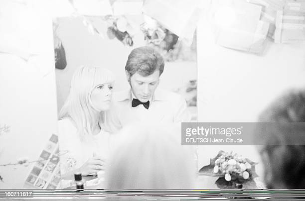 Johnny Hallyday And Sylvie Vartan At The Olympia Paris 16 mars 1967 Portrait de Johnny HALLYDAY avec son épouse Sylvie VARTAN dans la loge à...