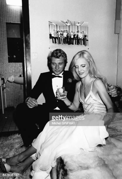 Johnny Hallyday dans la loge de Sylvie Vartan au Palais des Congres le 9 septembre 1975 a Paris France