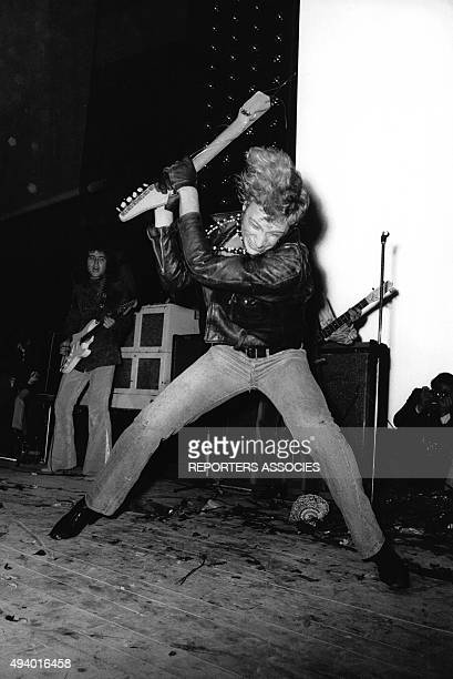 Johnny Hallyday détruit une guitare sur scène en France circa 1960