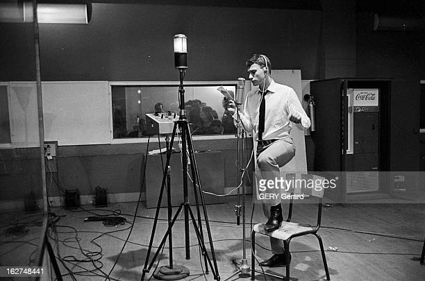 Johnny Hallyday During His Military Service And Recording A Disc Before Leaving The Army Offenburg mai 1964 Le chanteur Johnny HALLYDAY lors de son...