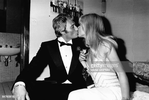 Johnny Hallyday embrasse Sylvie Vartan dans sa loge au Palais des Congres le 9 septembre 1975 a Paris France