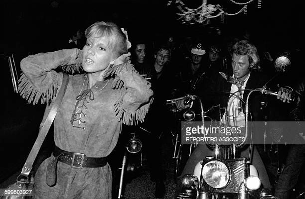 Johnny Hallyday et Sylvie Vartan dans la rue de nuit à SaintGermaindesPrés en 1968 à Paris France