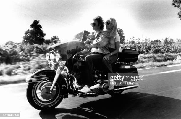 Johnny Hallyday et Sylvie Vartan en moto apres leur show aux arenes de Beziers en aout 1978 a Beziers France