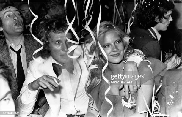 Johnny Hallyday et Sylvie Vartan fetent les 47 ans de l'acteur et directeur de musichall JeanMarie Riviere a l'Alcazar le 17 mai 1973 a Paris France