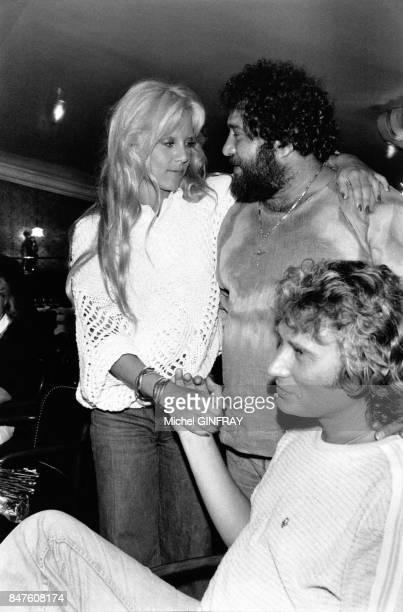 Johnny Hallyday et Sylvie Vartan qui vient de feter ses 32 ans se reposent apres leur show aux arenes de Beziers avec leur ami le chanteur Carlos en...