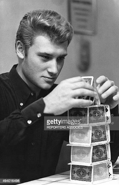Johnny Hallyday fait un chateau de cartes en France circa 1960