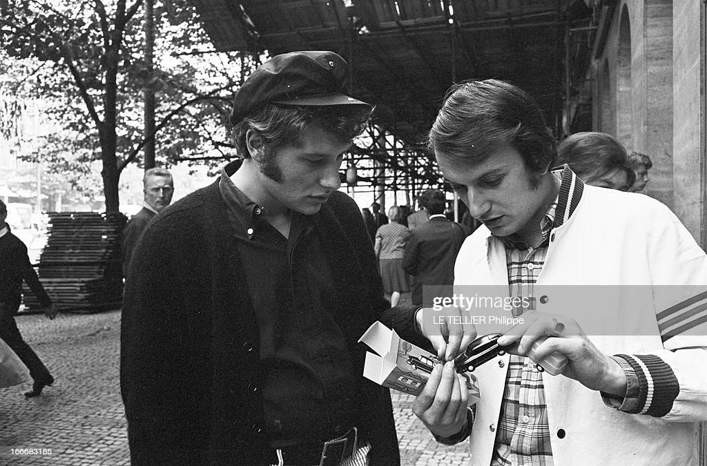 johnny hallyday in czechoslovakia en tch coslovaquie le 3 juillet 1966 johnny hallyday avec. Black Bedroom Furniture Sets. Home Design Ideas