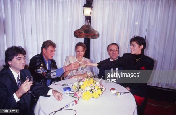 Johnny Hallyday lors du lancement de sa marque de blousons en compagnie de Gisèle Galante Yves Mourousi et Véronique Mourousi à Paris le 4 février...