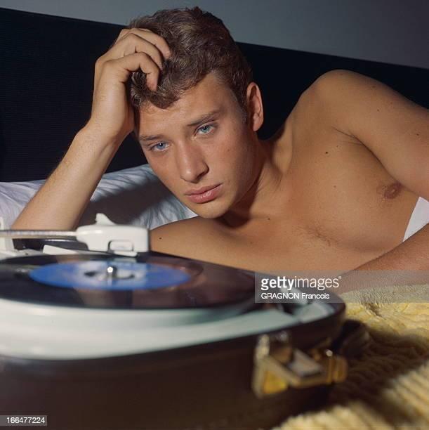 Johnny Hallyday On Tour In France Johnny HALLYDAY en tournée Chaque soir il se retrouve seul dans sa chambre d'hôtel Sa consolation la voix de Sylvie...