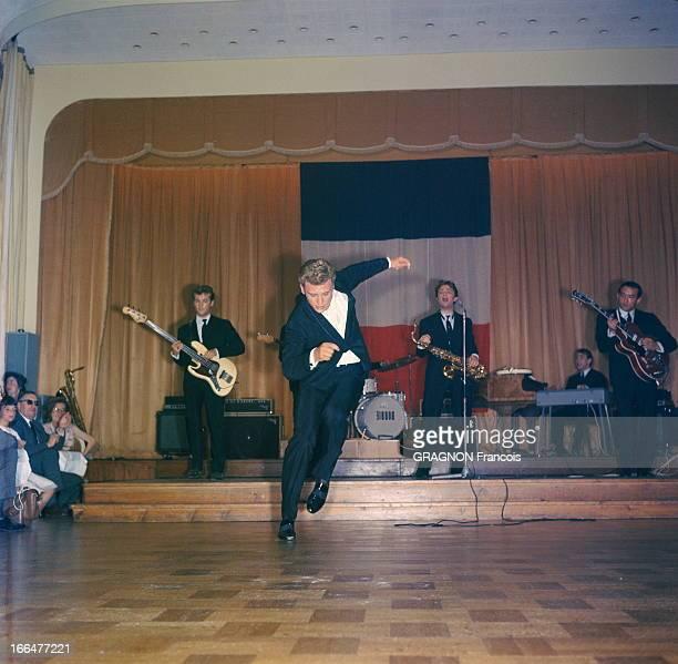 Johnny Hallyday On Tour Le show de Johnny HALLYDAY au cours d'un concert dans une petite salle durant sa tournée de 1963