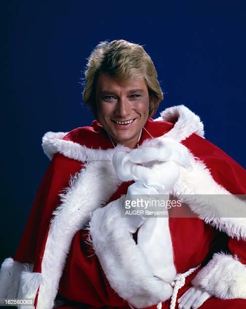 Johnny Hallyday Poses In Studio As Santa Claus En France en décembre 1977 Johnny HALLYDAY chanteur déguisé en pèrenoël posant en studio