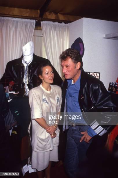 Johnny Hallyday présente sa marque de blousons en compagnie de son amie Gisèle Galante à Paris le 4 février 1988 France