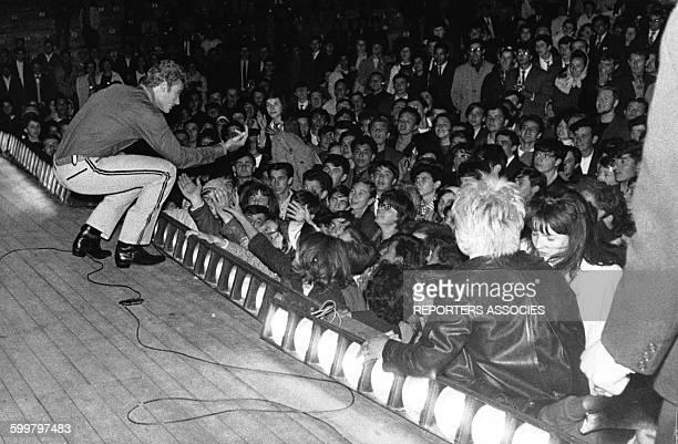 Johnny Hallyday sur scène saluant ses fans lors d'un concert à Paris en France circa 1960