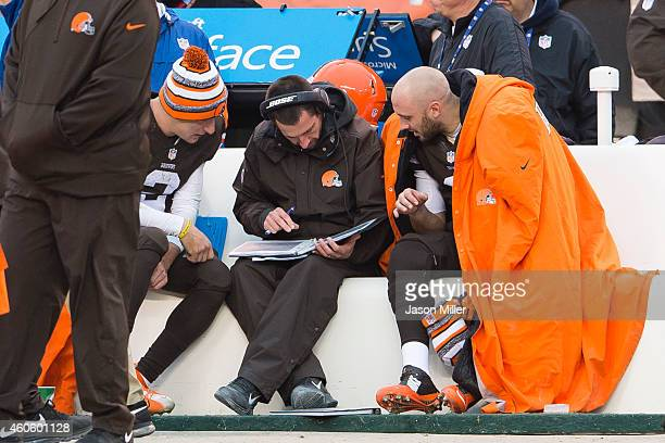 Johnny Manziel offensive coordinator Kyle Shanahan and quarterback Brian Hoyer of the Cleveland Browns look over the playbook during the second half...
