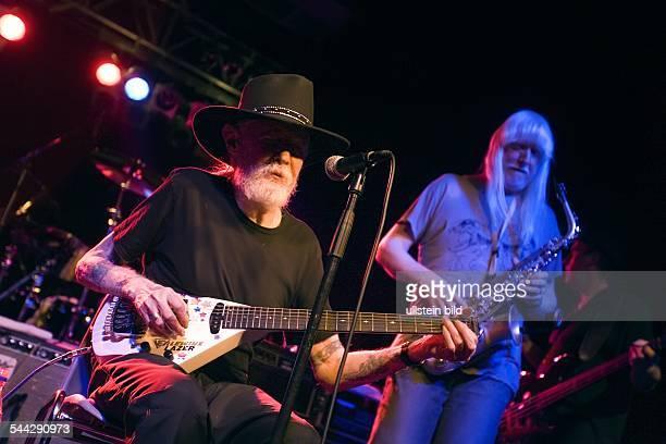 Johnny Winter Gitarrist USA bei seinem Auftritt im Berliner Columbiaclub im Hintergrund sein Bruder Edgar am Saxofon