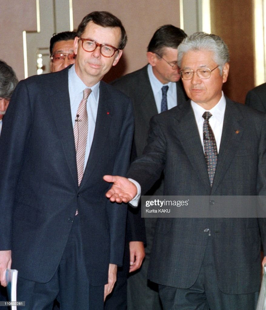 Joint Press Conference Nissan & Renault In Tokyo, Japan On October 20, 1999 - Mr.<a gi-track='captionPersonalityLinkClicked' href=/galleries/search?phrase=Louis+Schweitzer&family=editorial&specificpeople=555449 ng-click='$event.stopPropagation()'>Louis Schweitzer</a> (CEO) Renault(left) and Mr.Yoshikazu Hanawa(CEO) Nissan.