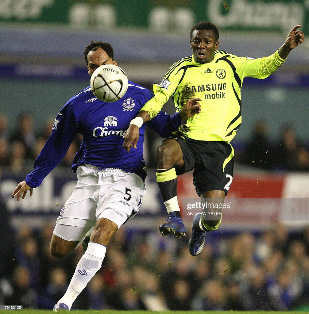 Joleon Lescott (L) of Everton vies with Shaun Wright-Phillips of Chelsea during the English League Cup football match at Goodison Park, Liverpool, north-west, 23 January , 2008. AFP PHOTO/ANDREW YATES Mobile and website use of domestic English football pictures are subject to obtaining a Photographic End User Licence from Football DataCo Ltd Tel : +44 (0) 207 864 9121 or e-mail accreditations@football-dataco.com - applies to Premier and Football League matches.