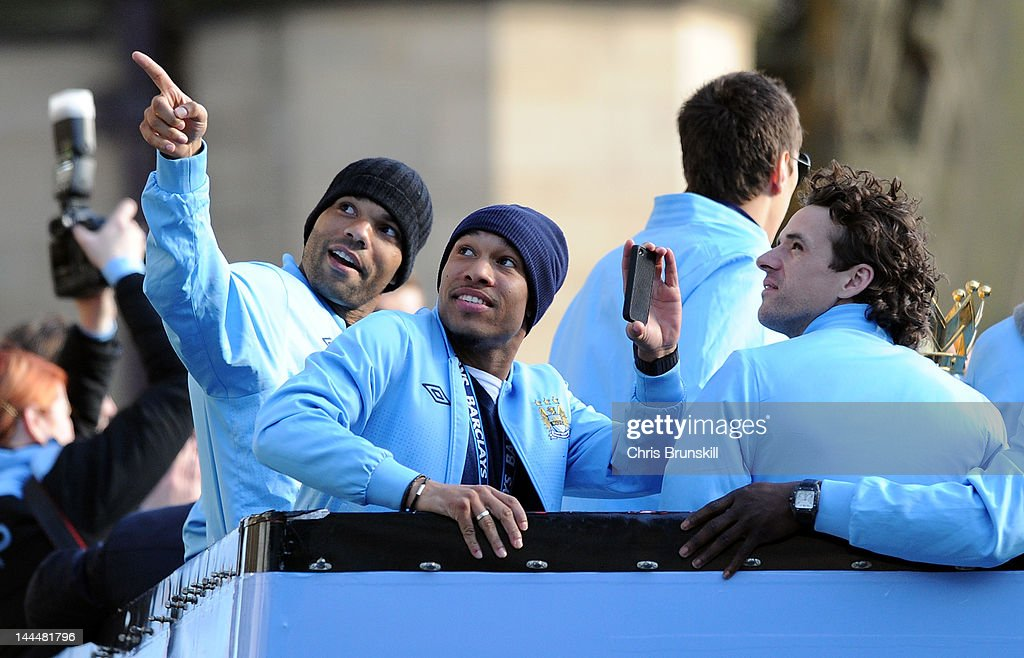<a gi-track='captionPersonalityLinkClicked' href=/galleries/search?phrase=Joleon+Lescott&family=editorial&specificpeople=687246 ng-click='$event.stopPropagation()'>Joleon Lescott</a> (L) of Manchester City points something out to team-mates <a gi-track='captionPersonalityLinkClicked' href=/galleries/search?phrase=Nigel+De+Jong&family=editorial&specificpeople=579818 ng-click='$event.stopPropagation()'>Nigel De Jong</a> (C) and <a gi-track='captionPersonalityLinkClicked' href=/galleries/search?phrase=Owen+Hargreaves&family=editorial&specificpeople=159949 ng-click='$event.stopPropagation()'>Owen Hargreaves</a> during the victory parade around the streets of Manchester on May 14, 2012 in Manchester, United Kingdom.