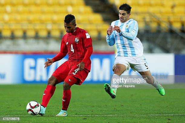 Jomar Diaz of Panama is challenged by Giovanni Simeone of Argentina during the Group B FIFA U20 World Cup New Zealand 2015 match between Argentina...