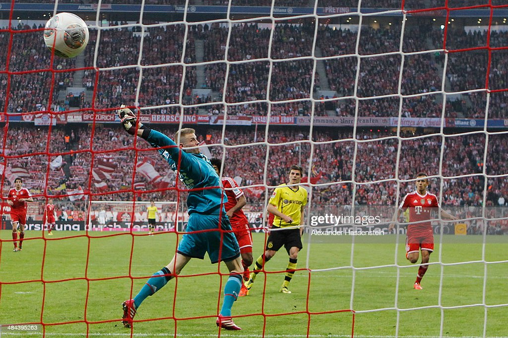 <a gi-track='captionPersonalityLinkClicked' href=/galleries/search?phrase=Jonas+Hofmann&family=editorial&specificpeople=9171269 ng-click='$event.stopPropagation()'>Jonas Hofmann</a> (C)of Dortmund scores the 3rd team goal against Lukas Raeder, keeper of Muenchen during the Bundesliga match between FC Bayern Muenchen and BVB Borussia Dortmund at Allianz Arena on April 12, 2014 in Munich, Germany.